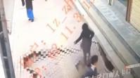 VIDEO Momentul în care o femeie e înghițită de o gaură în asfalt
