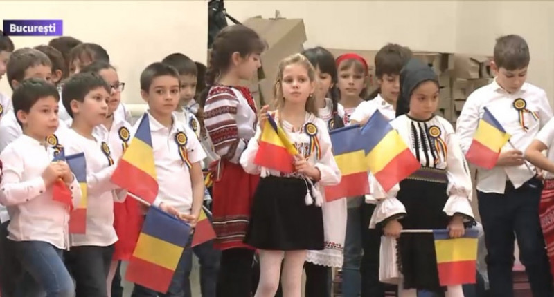 copii costume populare steaguri
