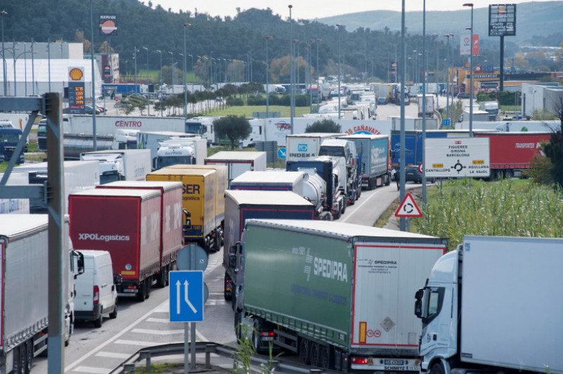 'Yellow vest' protests in France cause huge traffic jam in La Jonquera