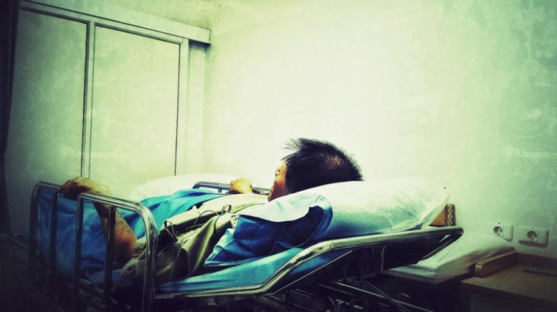 barbat pe patul de spital