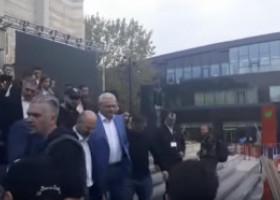 """VIDEO Liviu Dragnea, huiduit şi la plecarea de la Iaşi. Oamenii au strigat """"Şobolanule"""", PSD a chemat iar fanfara"""