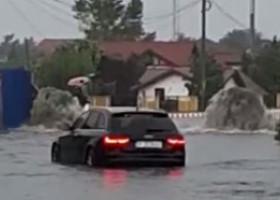 Furtună puternică în sud-estul țării. Într-o comună din Ilfov, canalizarea a semănat cu fântânile arteziene