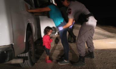 Dezvăluiri NYT: Un bebeluș român, cel mai mic copil luat de Administrația Trump de lângă părinți la granița cu Mexicul