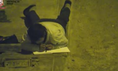 VIDEO. Povestea copilului care își făcea temele pe stradă, la lumina unui bec. Cum a reacționat un milionar