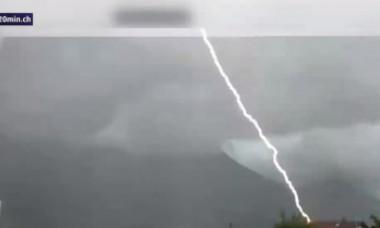VIDEO. Imagini apocaliptice în timpul unei furtuni din Elveția: torenți la metrou, valuri uriașe pe lac, trăsnet surprins în direct