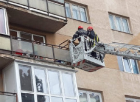 Pompierii din Alba Iulia au intervenit în cazul a doi copii mici, aflaţi singuri într-un balcon