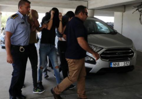 O turistă de 19 ani spune că a fost violată de 12 tineri în camera de hotel. Însă povestea lor este alta