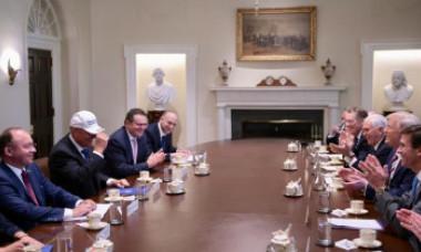 """FOTO. Trump i-a dăruit lui Iohannis o șapcă """"Make Romania Great Again"""". Ce i-a oferit șeful statului"""