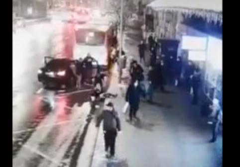VIDEO. Momentul în care o fată de 15 ani este răpită de pe stradă, în Cluj Napoca. Ce fac, în acest timp, trecătorii