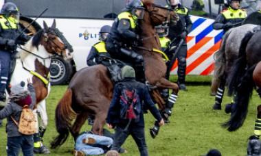 Scene dramatice la Amsterdam. Protestatari sub jeturi de apă și călcați de cai, după ce s-au încăierat cu poliția - FOTO&VIDEO
