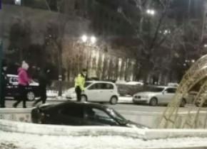 Capcană pentru șoferi. Două mașini au plonjat în fântânile din Piața Unirii
