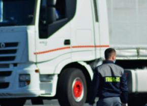 Aproape 40 de migranţi, descoperiţi ascunşi în şase camioane la frontiera cu Ungaria