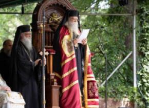 """Arhiepiscopul Sucevei şi Rădăuţilor: Preoţii prinşi că """"citesc viitorul"""" riscă să fie daţi afară din Biserică şi să devină laici"""