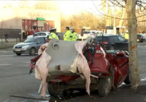 Intersecția groazei. Două mașini s-au ciocnit violent în București, patru persoane sunt grav rănite