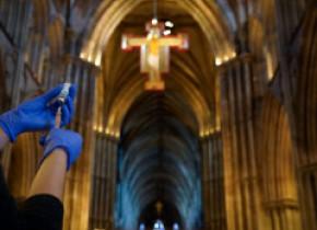 20 de milioane de britanici au făcut cel puțin o doză de vaccin. Catedrală transformată în centru de vaccinare