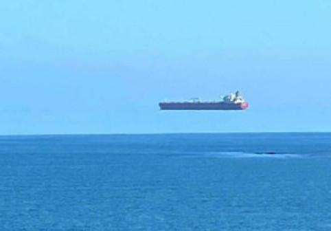 Un fotograf din Anglia a surprins, de la țărm, un vapor zburător în largul mării. Care este explicația