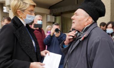 Un pensionar i-a oferit o ciocolată ministrului Muncii, în semn de recunoștință pentru că i-a ascultat nemulțumirile legate de pensie