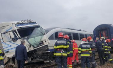 Imagini incredibile cu un TIR lovit de două trenuri, în Vaslui. Cum a fost posibil și ce a urmat. FOTO&VIDEO