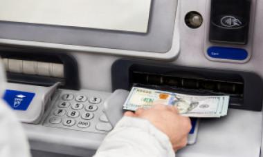 S-a dus la bancomat să scoată 20 de dolari și a descoperit că avea în cont un miliard