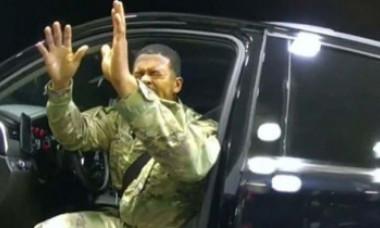 VIDEO: Militar de culoare, scos din maşină sub ameninţarea armelor şi stropit cu spray paralizant de poliţişti