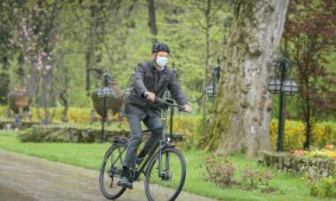 Klaus Iohannis a mers cu bicicleta la Cotroceni: E sănătos, te miști mult mai ușor în trafic. Încercați să lăsați mașina acasă