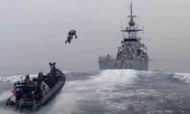 """Marina Regală britanică s-ar putea dota cu costume cu propulsie în stil """"Iron Man"""". Cum au decurs testele. VIDEO"""