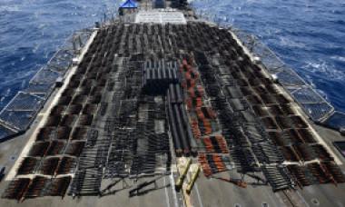 GALERIE FOTO Marina SUA a capturat un transport de arme atât de mare încât a acoperit puntea spate a unui crucișător de 173 de metri