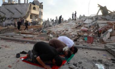 Imagini dezolante în Gaza după bombardamente. Musulmanii au sărbătorit încheierea Ramadanului, rugându-se printre ruine