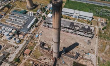 Cum a fost pus la pământ vechiul turn de 150 de metri de la Petromidia - VIDEO