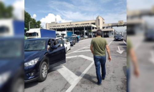 FOTO VIDEO Cozi de zeci de kilometri la intrarea în Grecia. Românii care pleacă în vacanță nu știu să completeze formularele