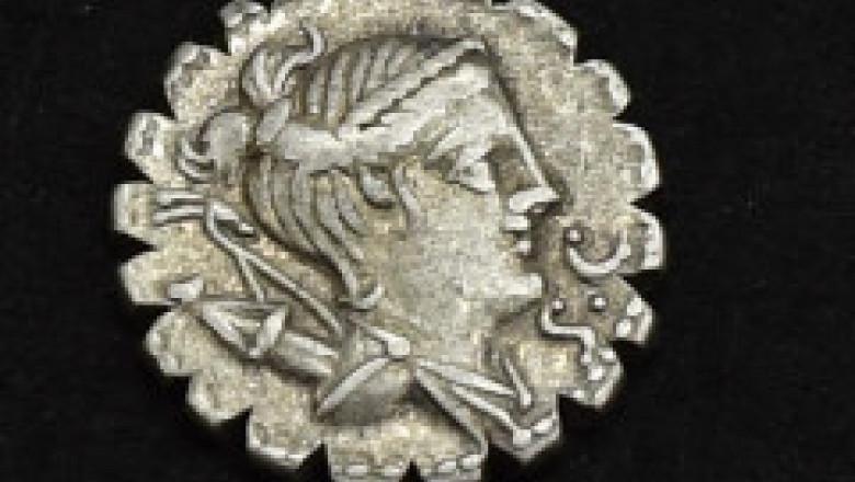 FOTO. Peste 100 de monede romane şi podoabe de argint de 2.300 ani, descoperite de un bărbat din Dolj. A primit o recompensă uriașă