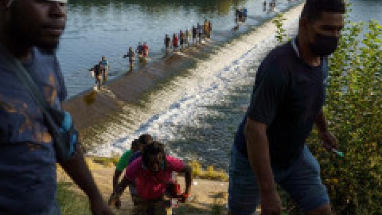Criză la frontiera SUA - Mexic. Washingtonul promite să acelereze ritmul expulzărilor de migranţi cu avionul