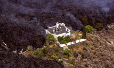 FOTO: O casă a rămas neatinsă în infernul provocat de erupția vulcanului din La Palma