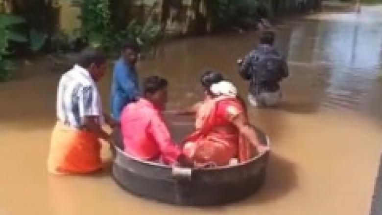 Doi tineri din India au înfruntat inundațiile devastatoare și au ajuns la propria nuntă plutind într-un uriaș vas de gătit