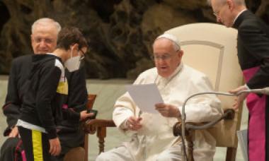 """Un băieţel a întrerupt audienţa Papei Francisc pentru a-i cere boneta: """"Îi mulţumesc pentru lecţia pe care ne-a oferit-o tuturor"""""""