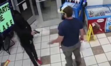 VIDEO. Momentul în care 3 hoți ghinioniști sunt anihilați rapid de un pușcaș marin