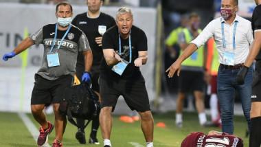 """FOTO Cum a fost surprins Dan Petrescu în meciul care o poate costa titlul pe CFR Cluj. A acuzat apoi """"lucruri necurate"""""""