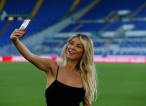 """""""Ce se întâmplă aici?"""". Internetul """"a luat foc"""" după ce Zlatan Ibrahimovic a apărut în spatele celebrei Diletta Leotta"""