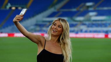 """""""Ce se întâmplă aici?"""". Internetul, în extaz după ce Zlatan Ibrahimovic a apărut în spatele celebrei Diletta Leotta"""