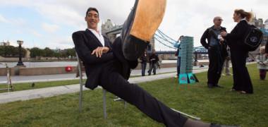 """El este cel mai înalt om din lume. Cât măsoară """"uriașul"""" și cum arată un baschetbalist de 2,11 metri lângă el"""