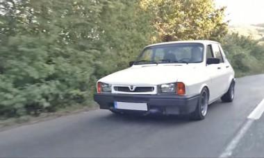 Dacia rarisimă în România: când trece pe șosea și BMW se dă din calea sa. Secretul e sub capotă