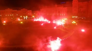 """Imaginile surprinse vineri seara, în Piaţa Unirii din Timişoara. """"Condamnăm ferm excesul de zel al forţelor de ordine"""""""