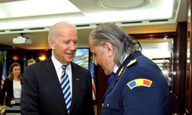 """Întâlnire Joe Biden - Ilie Năstase! """"Mă faceți şi pe mine general?"""" Ce cadou a primit preşedintele SUA de la """"Nasty"""""""