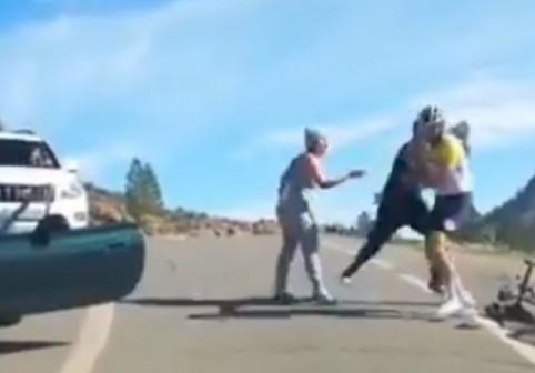"""""""O să-l omoare!"""" Scandal în mijlocul șoselei între un șofer agresiv și un biciclist: """"Nu știi cine sunt eu"""""""