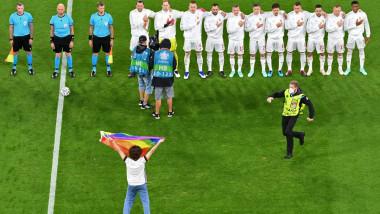 Moment inedit la EURO 2020. Un suporter a pătruns pe teren și a fluturat drapelul LGBT în fața jucătorilor Ungariei