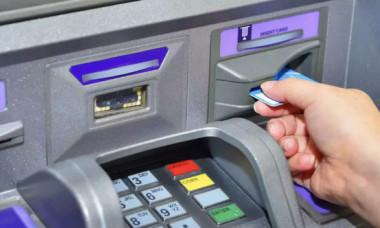 Români, atenție la carduri când mergeți în vacanță: pierzi bani, dacă nu ești atent la asta
