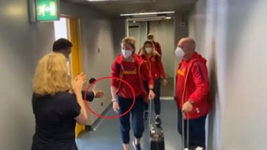 VIDEO Momentul în care Ana Maria Popescu îl lasă cu mâna întinsă pe ministrul Eduard Novak. Imaginile surprinse în culise