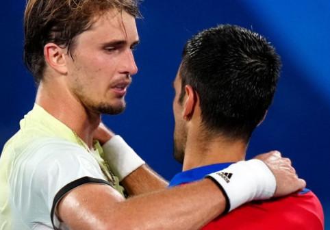 """Ce i-a spus Zverev lui Djokovic la fileu, după ce i-a """"furat"""" șansa de a realiza Golden Slam-ul"""