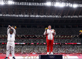 GALERIE FOTO A luat medalia de argint și riscă o sancțiune din partea CIO! Semnificația gestului controversat făcut chiar pe podium