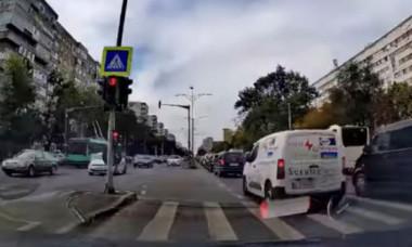 """Imaginea haosului: Intersecţia blocată din Bucureşti în care nu se ţine cont de semafor. """"Iartă-i, Doamne"""" VIDEO"""